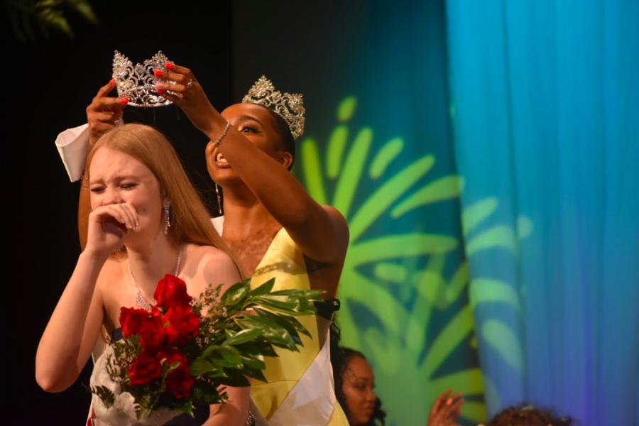 Emma+Ridenhour+receives+her+crown+after+winning+Miss+Wando